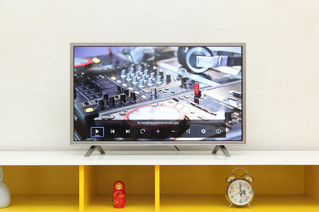 Smart TV 32 inch đẹp mắt không chỉ qua những thước hình ảnh trên màn hình mà còn tạo sự sang trọng, bắt mắt cho không gian