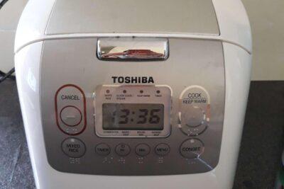 Nồi cơm điện tử cao tần Toshiba RC-18RHW có tốt không, giá bán