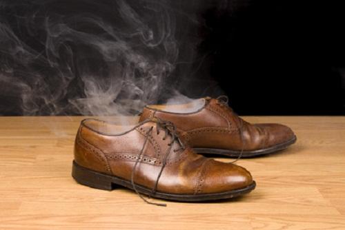 Khử mùi hôi, ẩm mốc trong giày dép những ngày nồm