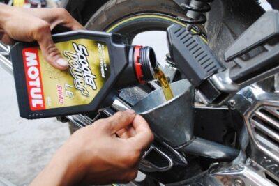 Cách chọn và thay dầu xe máy đúng cách