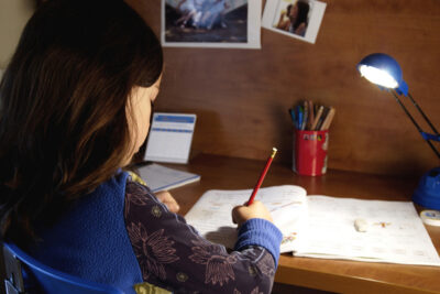 Kinh nghiệm chọn lựa đèn bàn an toàn cho mắt của trẻ