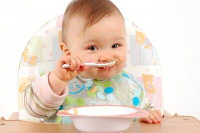 Cách pha bột Hipp cho trẻ mới ăn dặm đủ định lượng và không bị vón cục
