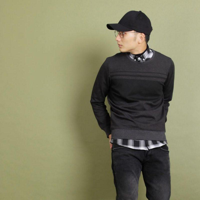 Sweatshirt mix với quần đen đơn giản và gọn gàng