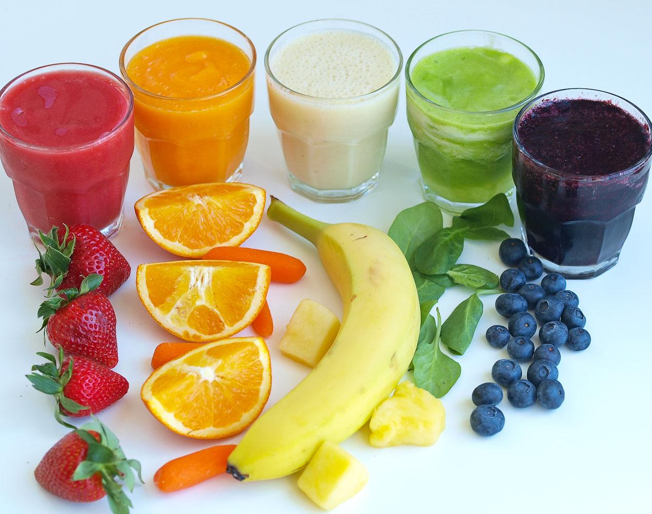 Dùng nước trái cây song song với sữa mẹ giúp bé có thêm vitamin, chất xơ