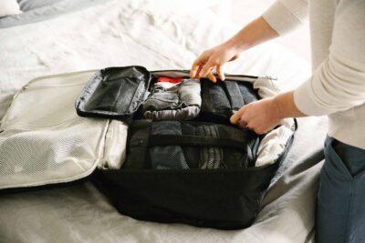10 cách gấp quần áo đi du lịch không bị nhăn để gọn tủ, vali du lịch