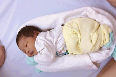 7 cách quấn khăn cho trẻ sơ sinh ngủ ngon tít thò lò gọn gàng đủ ấm