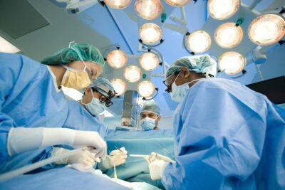 Cách chữa bệnh ung thư bằng tế bào gốc có lợi ích và rủi ro gì
