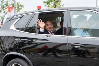 Thủ tướng Nguyễn Xuân Phúc trải nghiệm ô tô VinFast do đích thân tỷ phú Phạm Nhật Vượng cầm lái