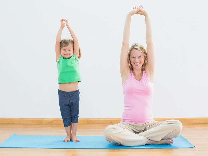 Tập yoga nhẹ nhàng giúp tăng quá trình lưu thông máu, giảm phù nề ở chân mẹ bầu