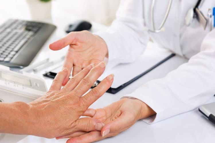 Bác sĩ thăm khám cho bệnh nhân bị viêm khớp dạng thấp