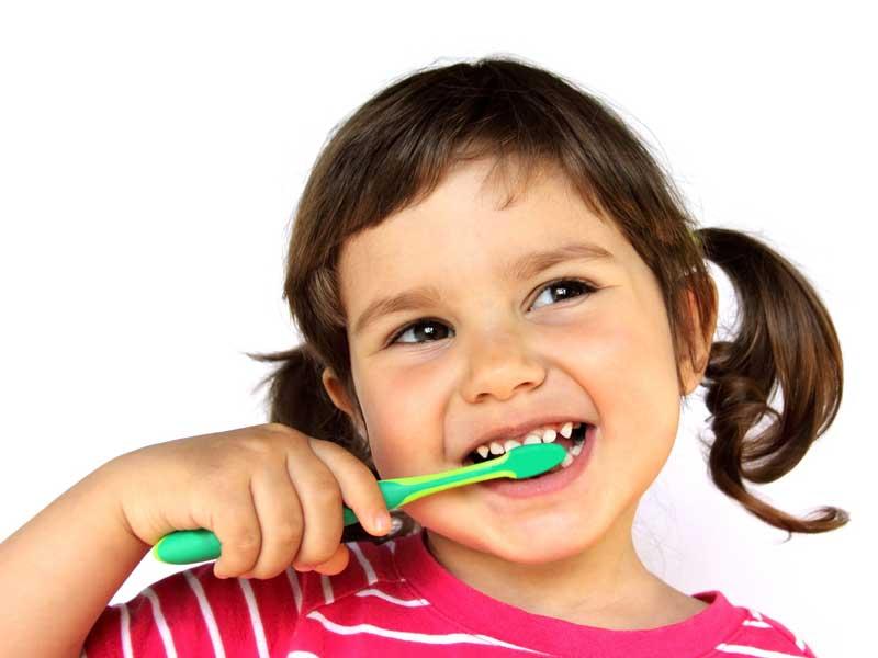 Đánh răng đúng cách, nhẹ nhàng bằng bàn chải mềm mại sẽ không làm men răng bị trầy xước