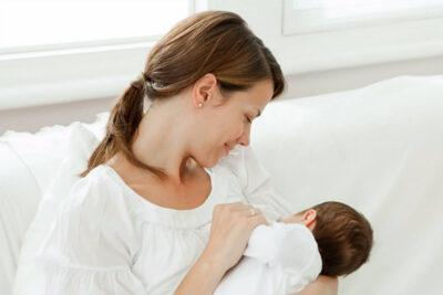 Mẹ sau sinh bị tắc tia sữa phải làm sao? 8 cách khắc phục hiệu quả nhất
