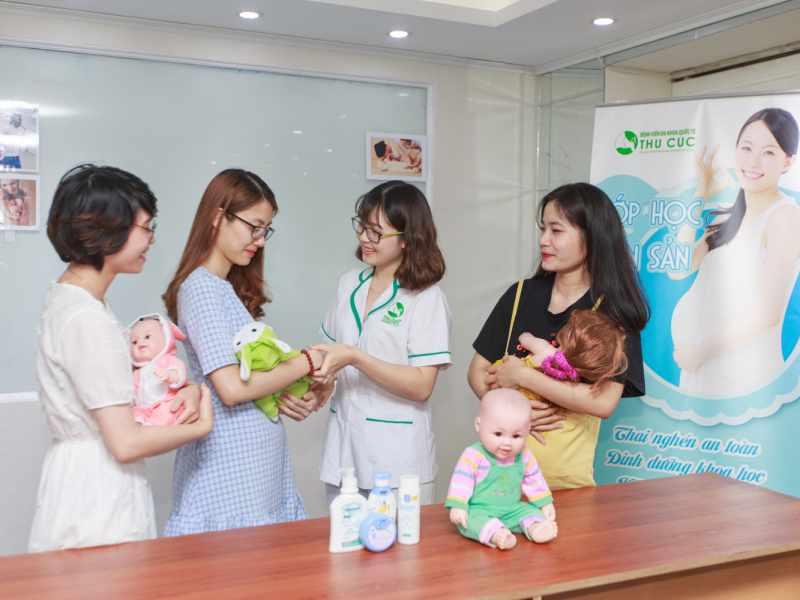 Tại lớp học, các mẹ bầu được cung cấp kiến thức và thực hành các kỹ năng cần thiết