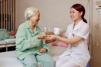 5 dịch vụ chăm sóc người già tại nhà Hà Nội tốt nhất giá từ 350k/ngày