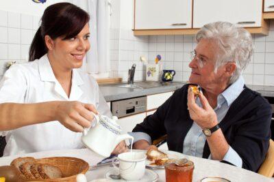 Review dịch vụ chăm sóc người già tại nhà có tốt không, ưu nhược điểm