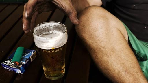 Sử dụng rượu bia để tránh cảm giác khó chịu, đó có thể là vòng xoáy của trầm cảm