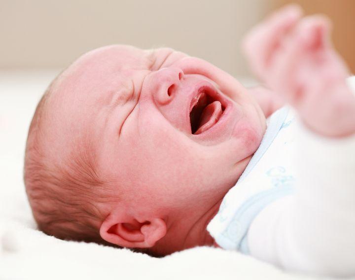Nên cho trẻ đi thăm khám bệnh nếu có các dấu hiệu quấy khóc nhiều
