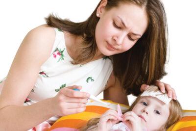 Trẻ bị sốt có tiêm phòng sởi được không, mẹ cần lưu ý những gì