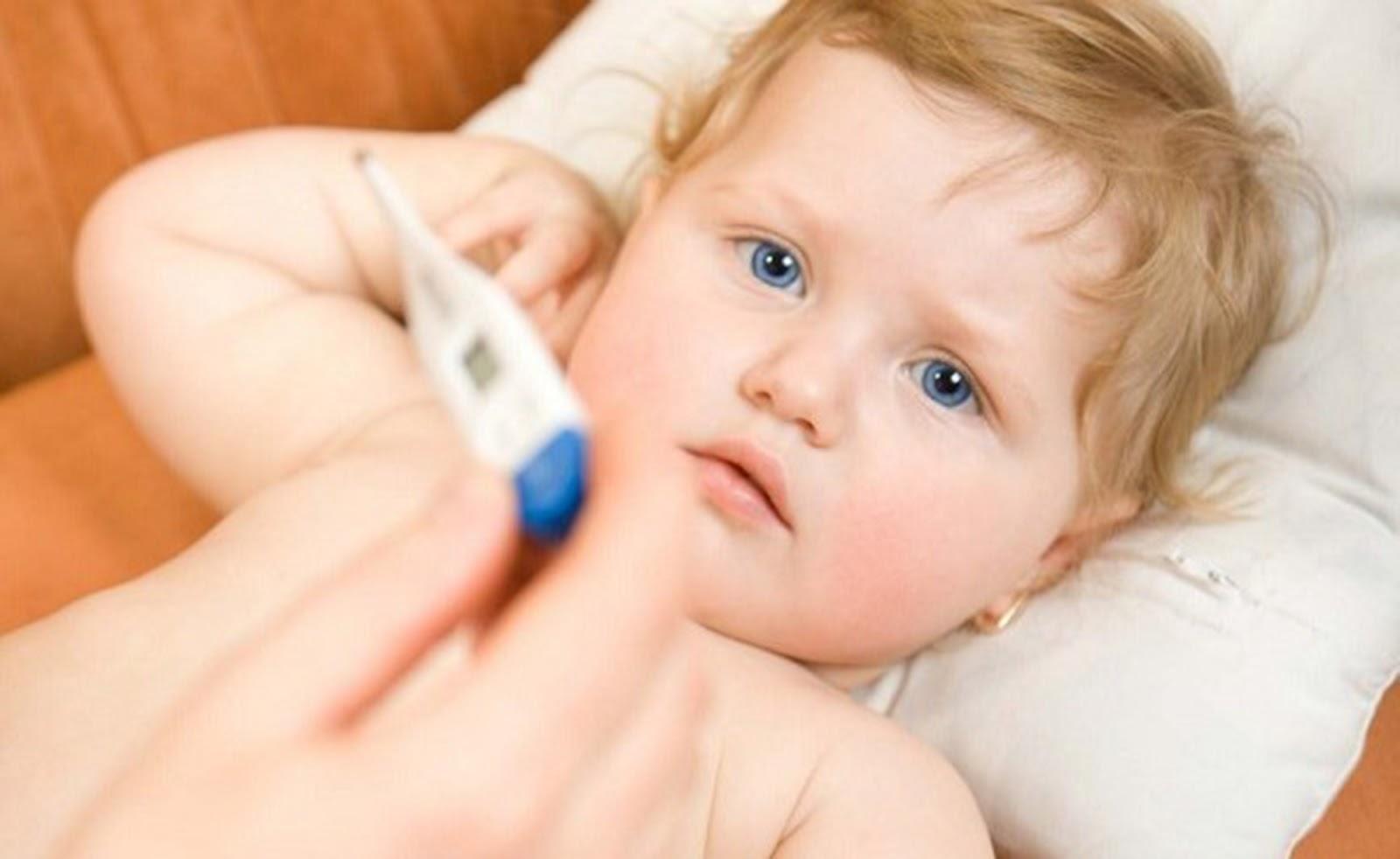 Với những trường hợp trẻ bị sốt cao trên 38,5 độ hãy đưa bé đi khám bác sĩ lập tức