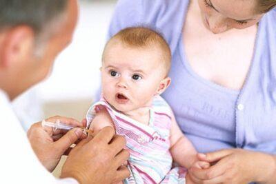 Tiêm vacxin 5 trong 1 cho trẻ sơ sinh mấy tháng, có bắt buộc không