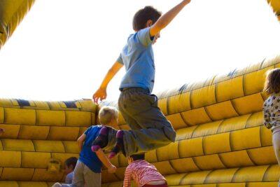 Bệnh viêm khớp háng ở trẻ em có nguy hiểm không, dấu hiệu, cách chữa