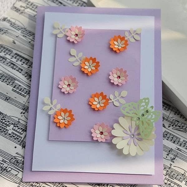 Những bông hoa đẹp tạo cho tấm thiệp thêm sự thu hút