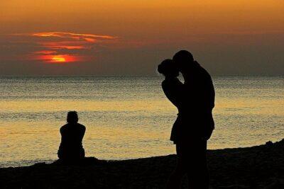 4 điều tuyệt đối không nên làm khi người yêu cũ lấy vợ / chồng
